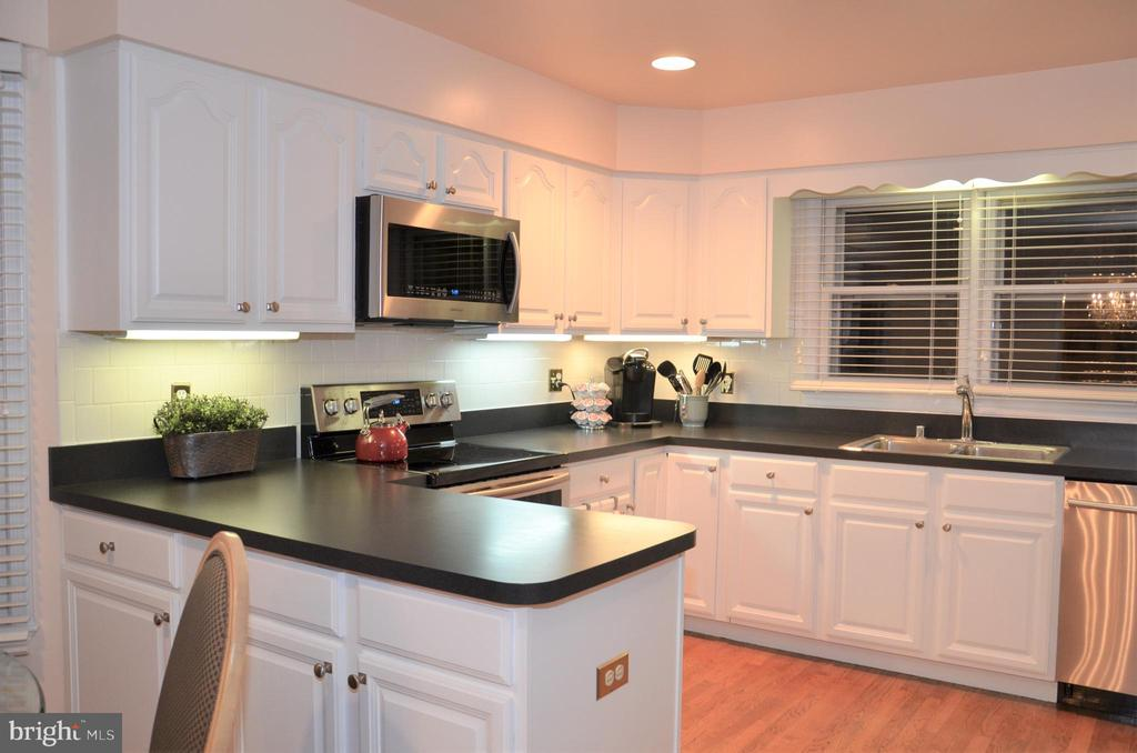 Kitchen with ample counter and cabinet space - 5827 WESSEX LN, ALEXANDRIA