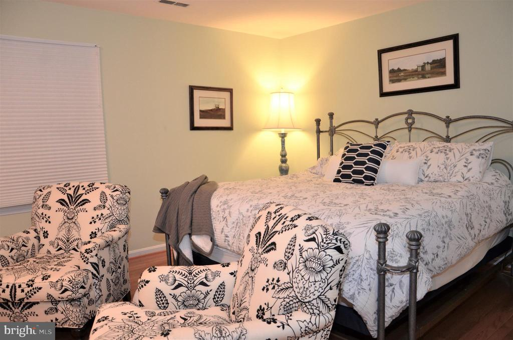Master Bedroom with additional seating area - 5827 WESSEX LN, ALEXANDRIA