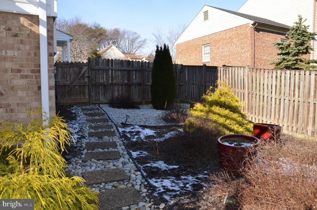 Side yard landscaping; yard fully fenced. - 5827 WESSEX LN, ALEXANDRIA
