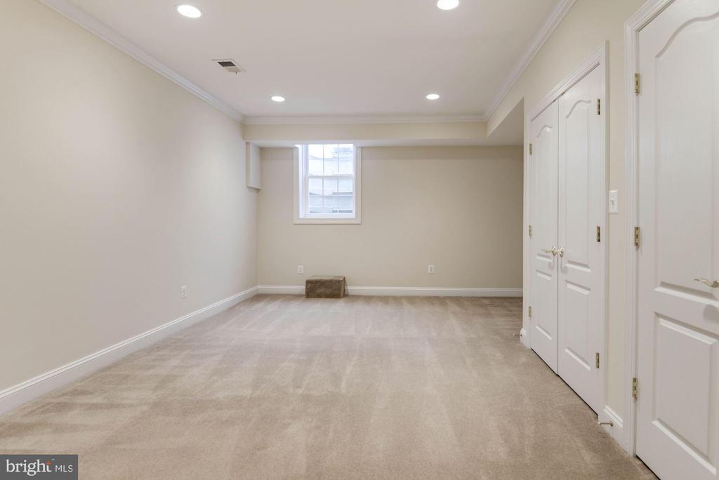 Lower Level Bonus Room w/Full Bathroom - 12184 HICKORY KNOLL PL, FAIRFAX