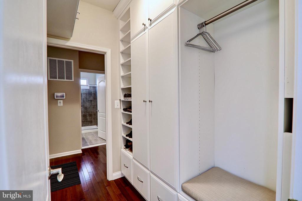 Expertly Designed Storage in Arrival Center - 22960 CARTERS STATION CT, ASHBURN