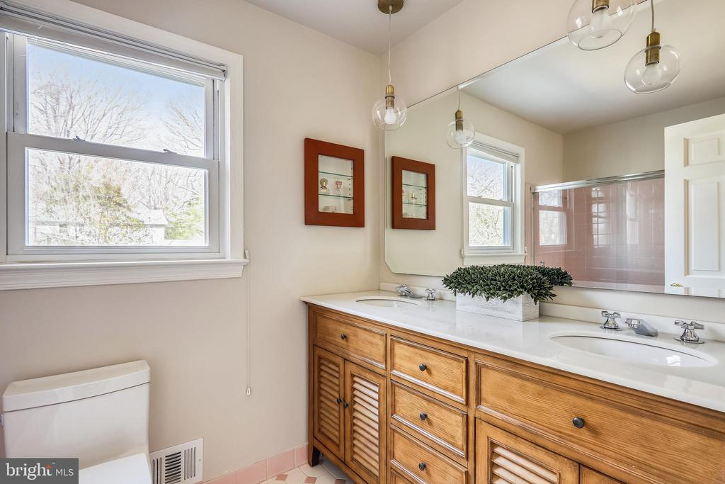 2nd level hall bath - 1219 PINECREST CIR, SILVER SPRING