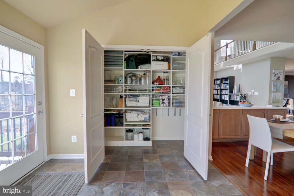 Pantry w/ Built-In Shelving and Pull-Out Drawers - 22960 CARTERS STATION CT, ASHBURN