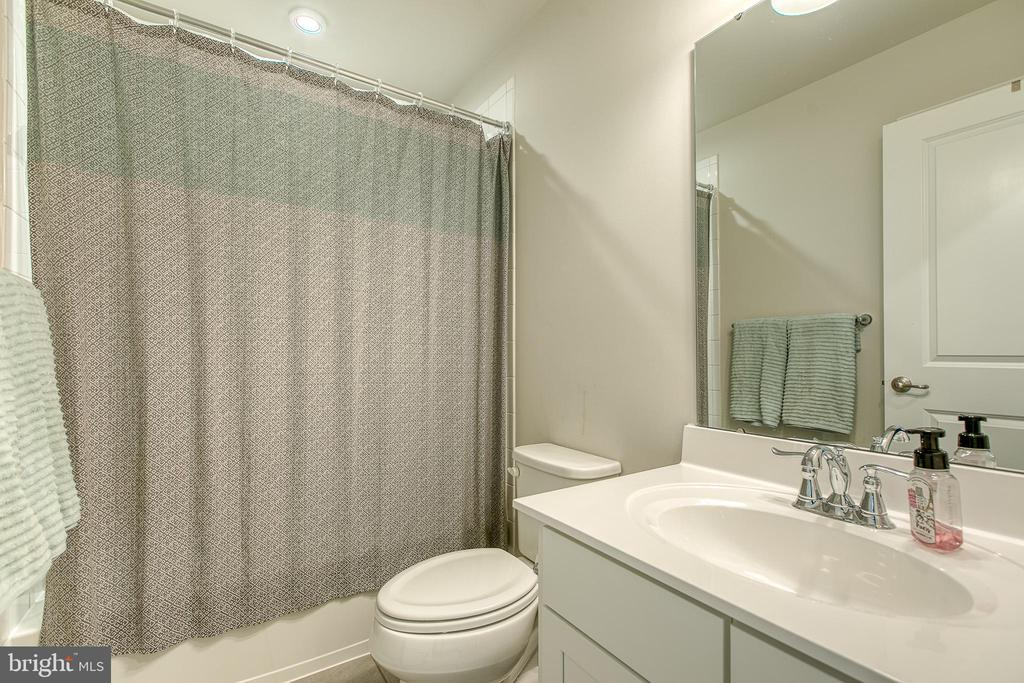 Full bath on upper level - 211 LANDING DR, FREDERICKSBURG