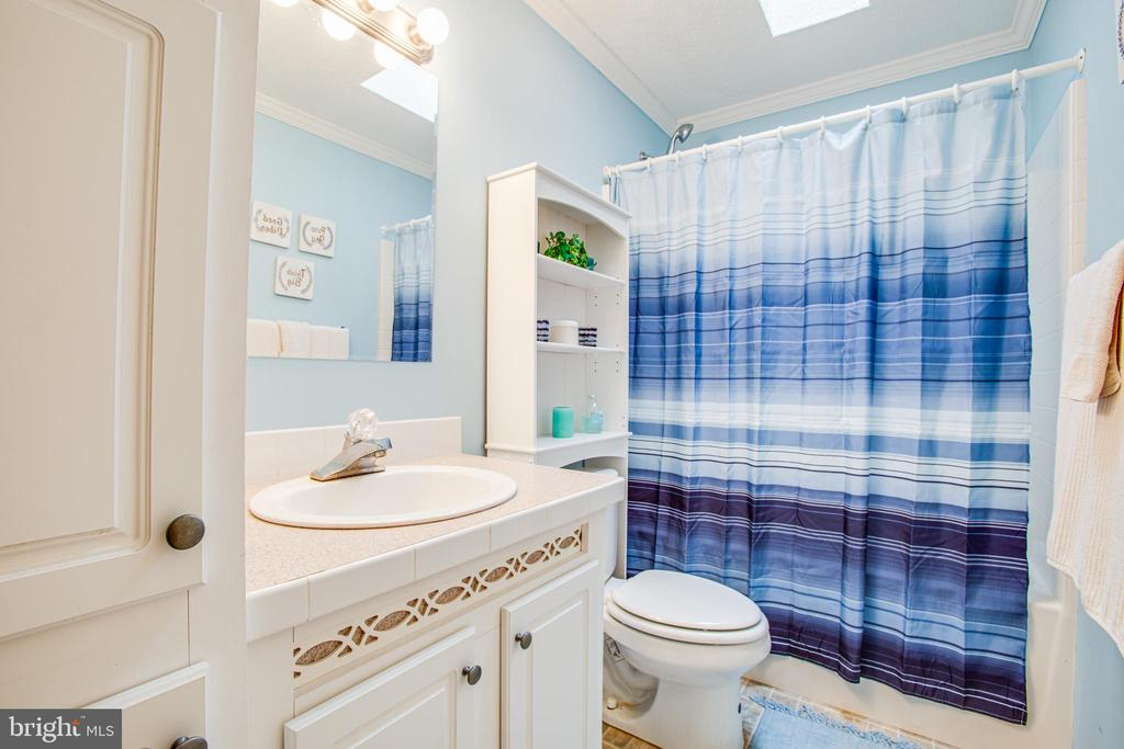 Hallway Full Bath w/ Skylight - 11601 ORANGE PLANK RD, SPOTSYLVANIA