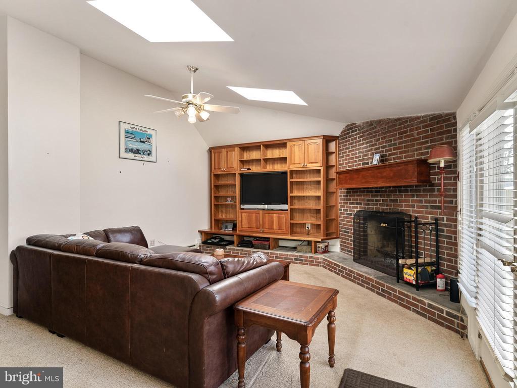 family room - 200 WASHINGTON GROVE LN, GAITHERSBURG