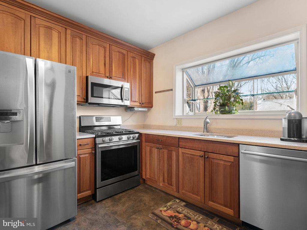 kitchen with bump out window over sink - 200 WASHINGTON GROVE LN, GAITHERSBURG