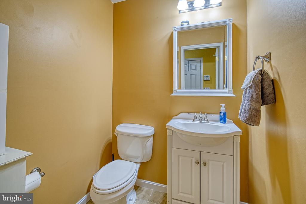 Half Bath on Main Level - 22710 DEXTER HOUSE TER, ASHBURN