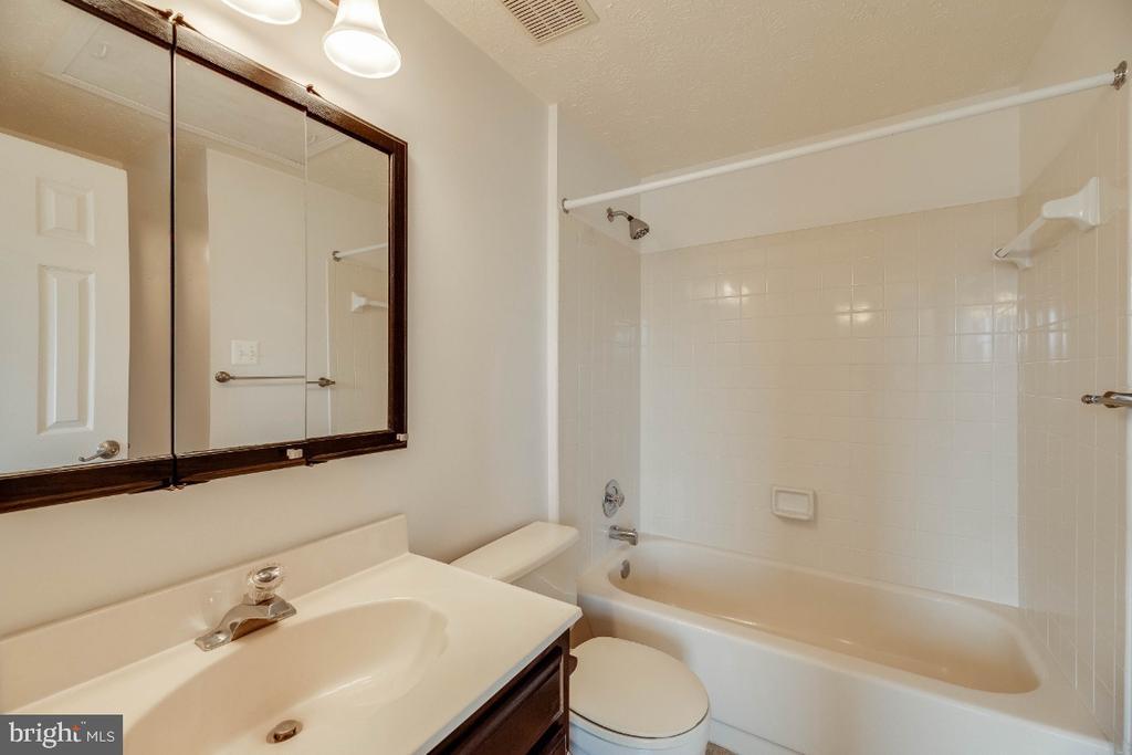 Full bath off 2nd bedroom - 15098 ARUM PL, WOODBRIDGE