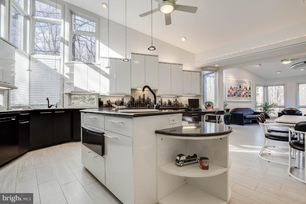 Large gourmet kitchen - 8651 BLACK FOREST CIR, FAIRFAX