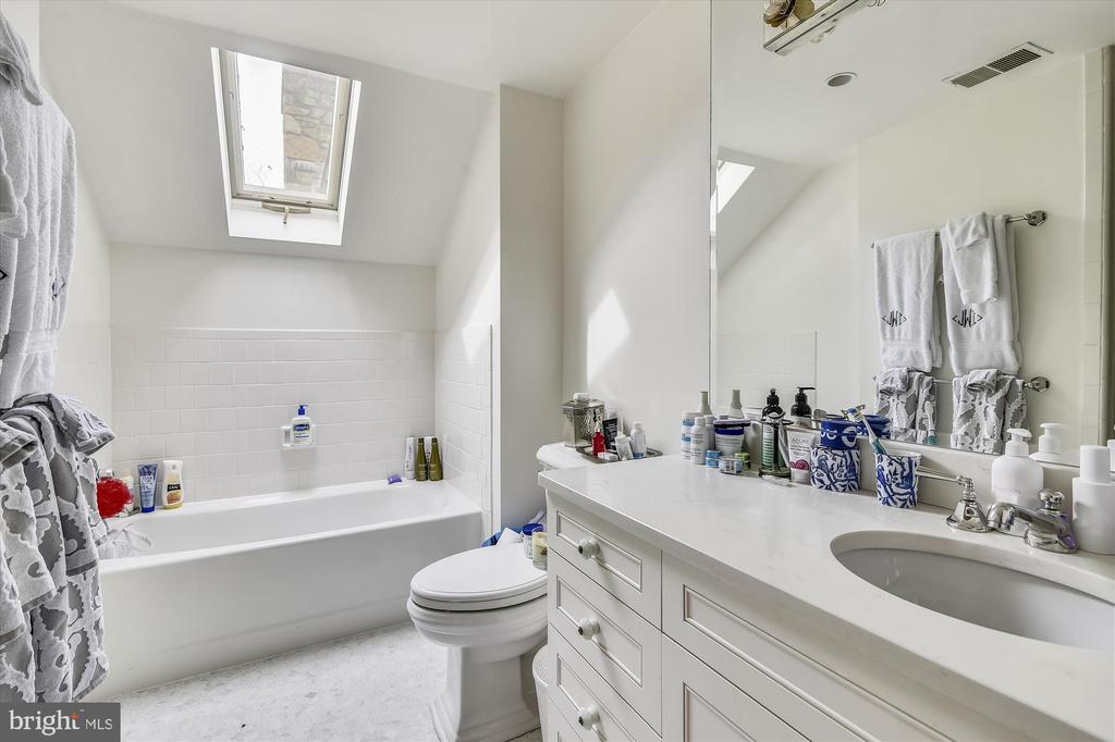 upper level bath - 3050 RECTORTOWN RD, MARSHALL