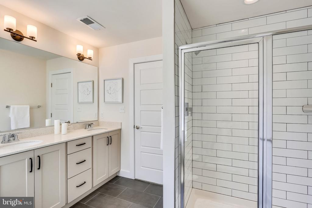 Separate Shower and Water Closet. - 18609 STRAWBERRY KNOLL RD, GAITHERSBURG