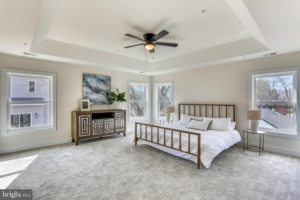 Owner's Bedroom with tray ceiling and fan. - 18609 STRAWBERRY KNOLL RD, GAITHERSBURG
