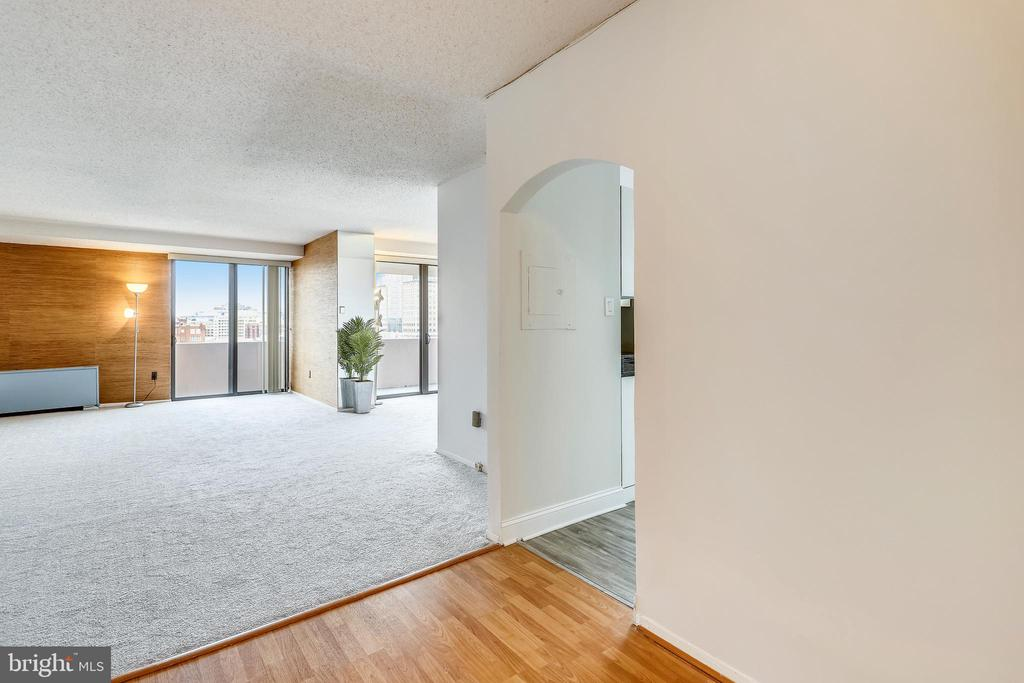 Open foyer to greet your guests. - 4141 N HENDERSON RD #1011, ARLINGTON