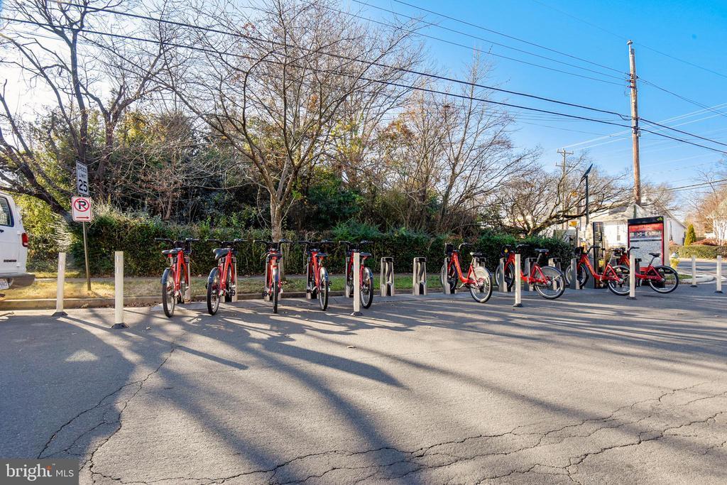 Bike share station & Bus stops across the street. - 4141 N HENDERSON RD #1011, ARLINGTON