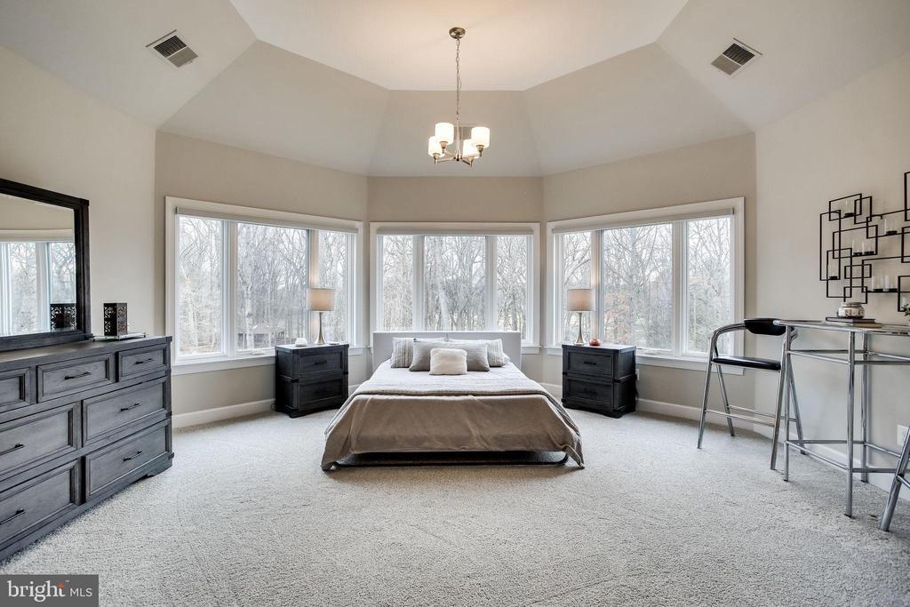 UL Bedroom w Full Bath/Walk-In Closet - 746 LEIGH MILL RD, GREAT FALLS