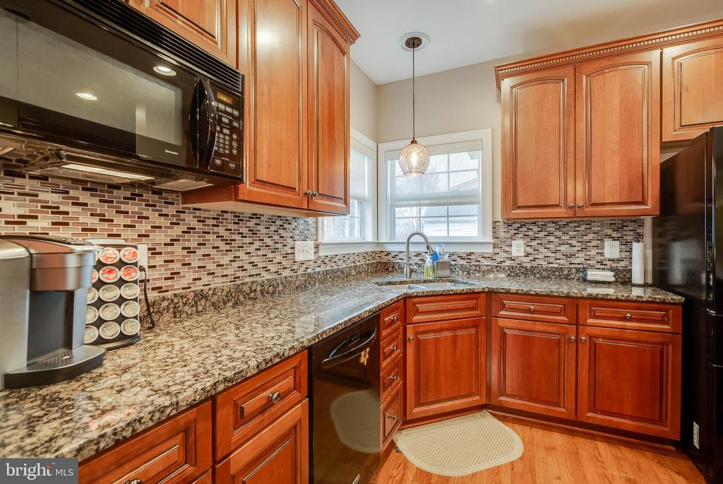 GOURMET KITCHEN WITH BACKSPLASH - 5014 QUELL CT, WOODBRIDGE
