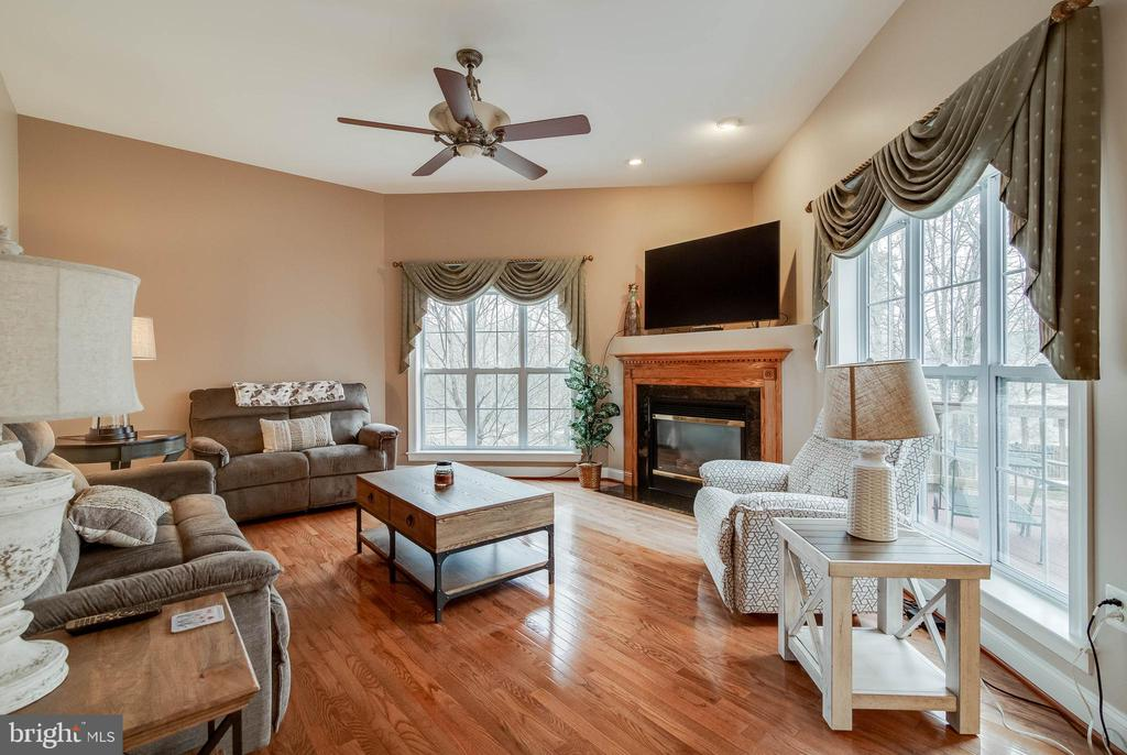 FAMILY ROOM WITH GAS FIREPLACE - 5014 QUELL CT, WOODBRIDGE