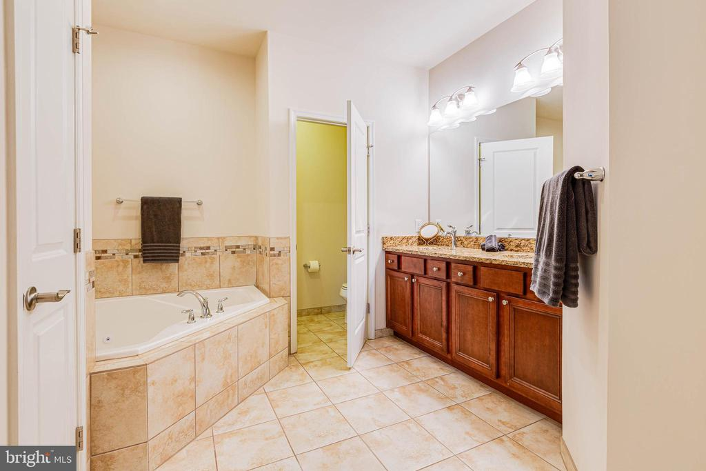 MASTER BATH W/ DOUBLE VANITY - 6963 COUNTRY CLUB TER, NEW MARKET