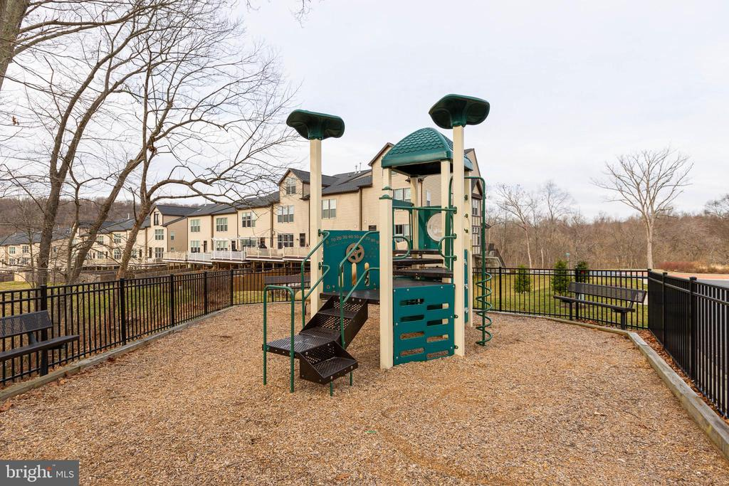 PLAYGROUND - 6963 COUNTRY CLUB TER, NEW MARKET