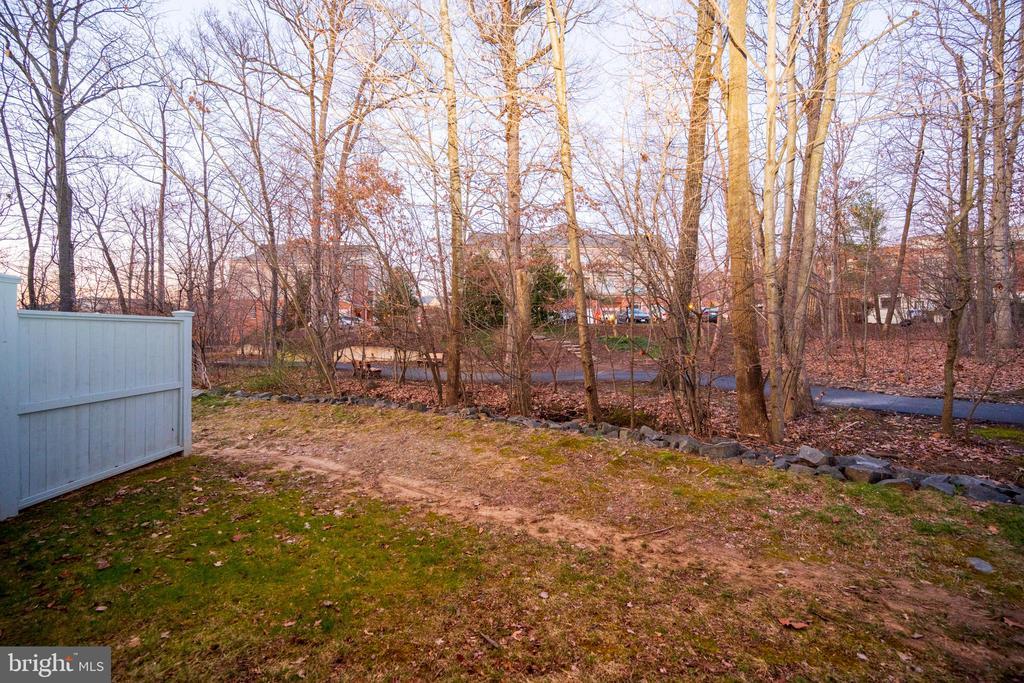 backyard - 1911 LOGAN MANOR DR, RESTON