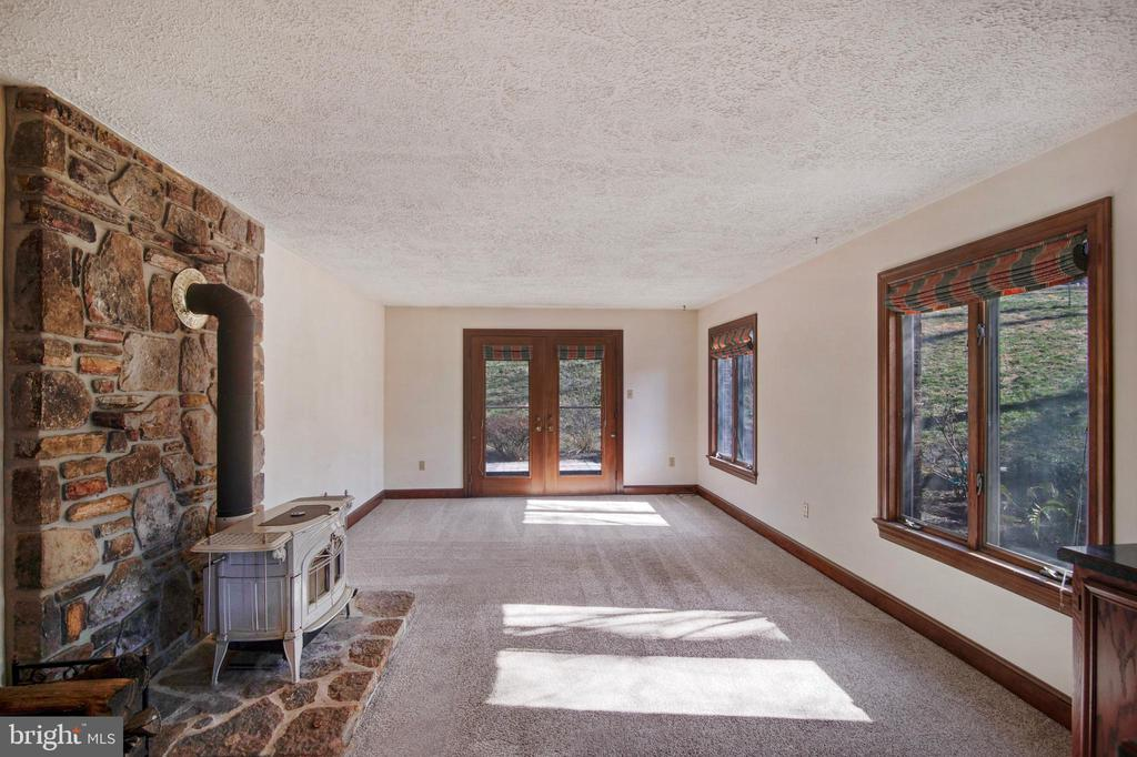 MAIN LEVEL FAMILY ROOM CONNECTS TO OUTDOOR SPACES - 4616 OLD NATIONAL PIKE, MIDDLETOWN