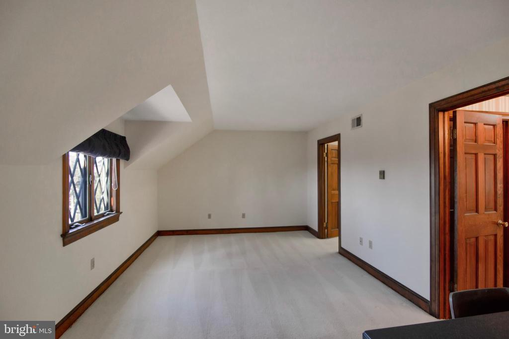 MASTER SITTING ROOM, WALK-IN CLOSET, BATH - 4616 OLD NATIONAL PIKE, MIDDLETOWN