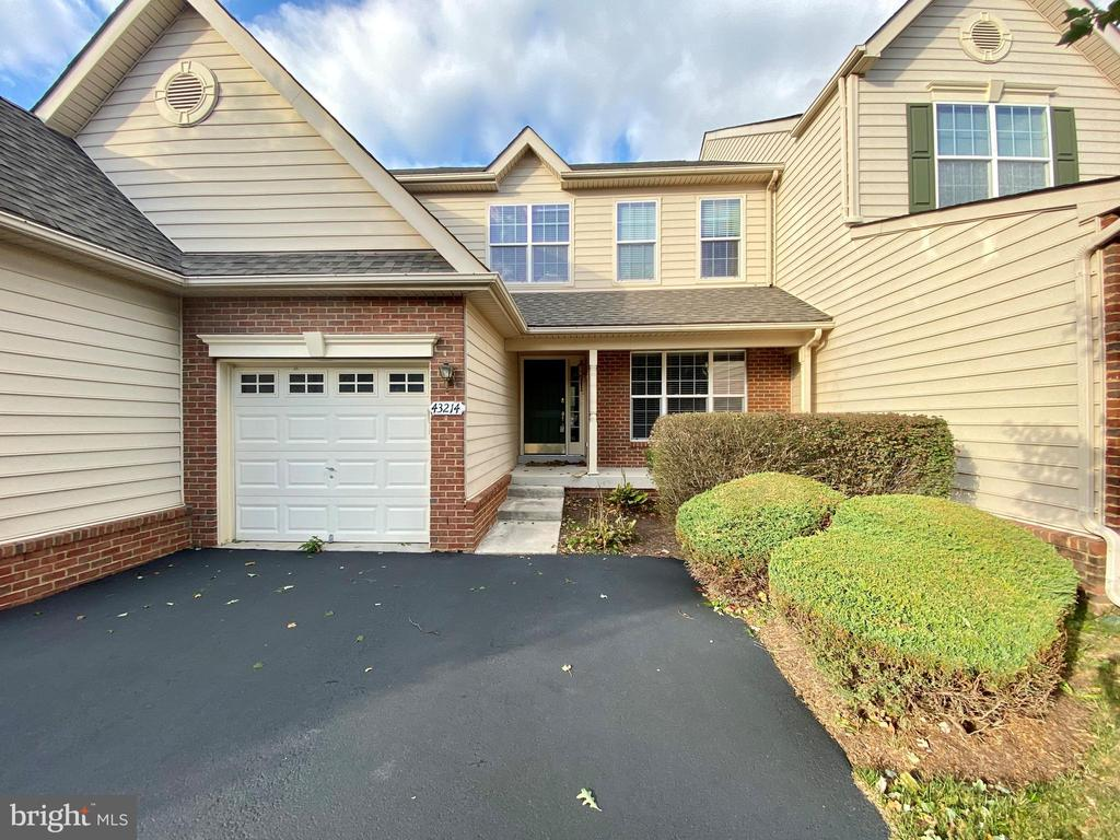 Front 1 car garage but 2 cars can fit on Driveway - 43214 SOMERSET HILLS TER, ASHBURN