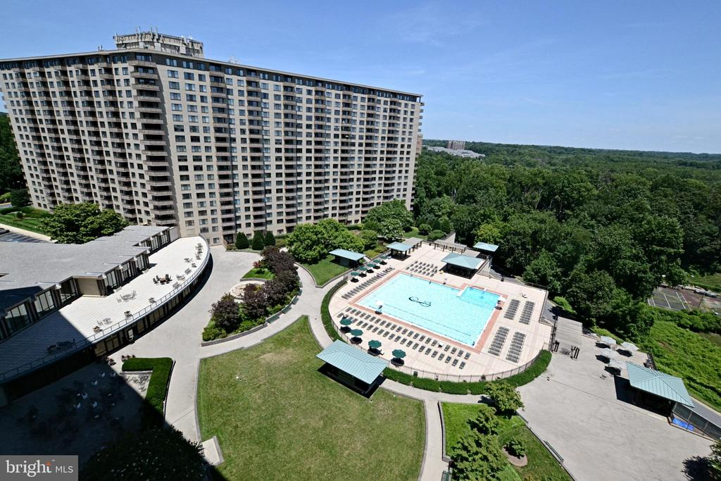 Outdoor Pool - 5225 POOKS HILL RD #916N, BETHESDA