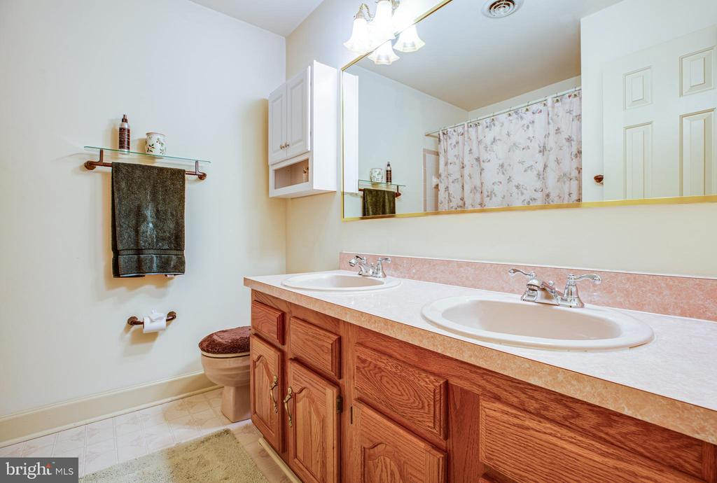 Upstairs hall bath - 9602 TREEMONT LN, SPOTSYLVANIA