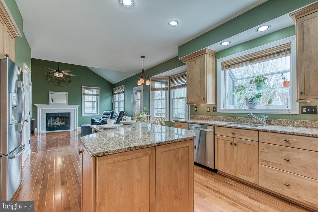 Open concept eat-in kitchen off of living room - 43976 BRUCETON MILLS CIR, ASHBURN