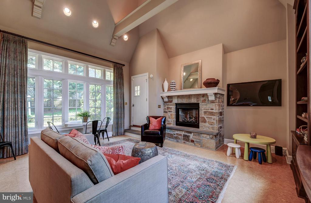 Gas fireplace & bright lights set the mood - 212 GOODALE RD, BALTIMORE
