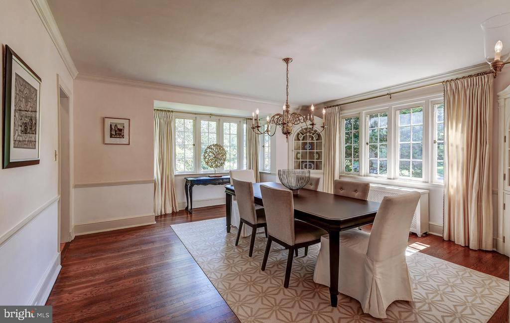 Moldings and wood floors add elegance and charm - 212 GOODALE RD, BALTIMORE