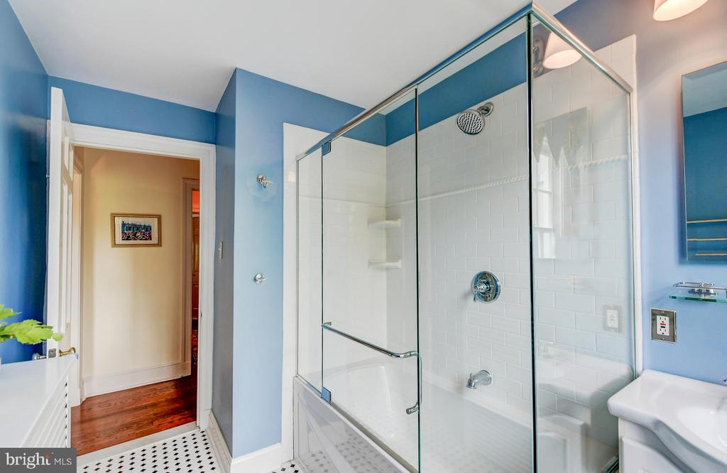 Newly renovated bath - 212 GOODALE RD, BALTIMORE
