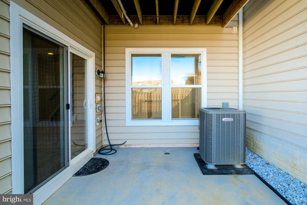 LOWER LEVEL PATIO W/SLIDING GLASS DOOR - 45002 GRADUATE TER, ASHBURN