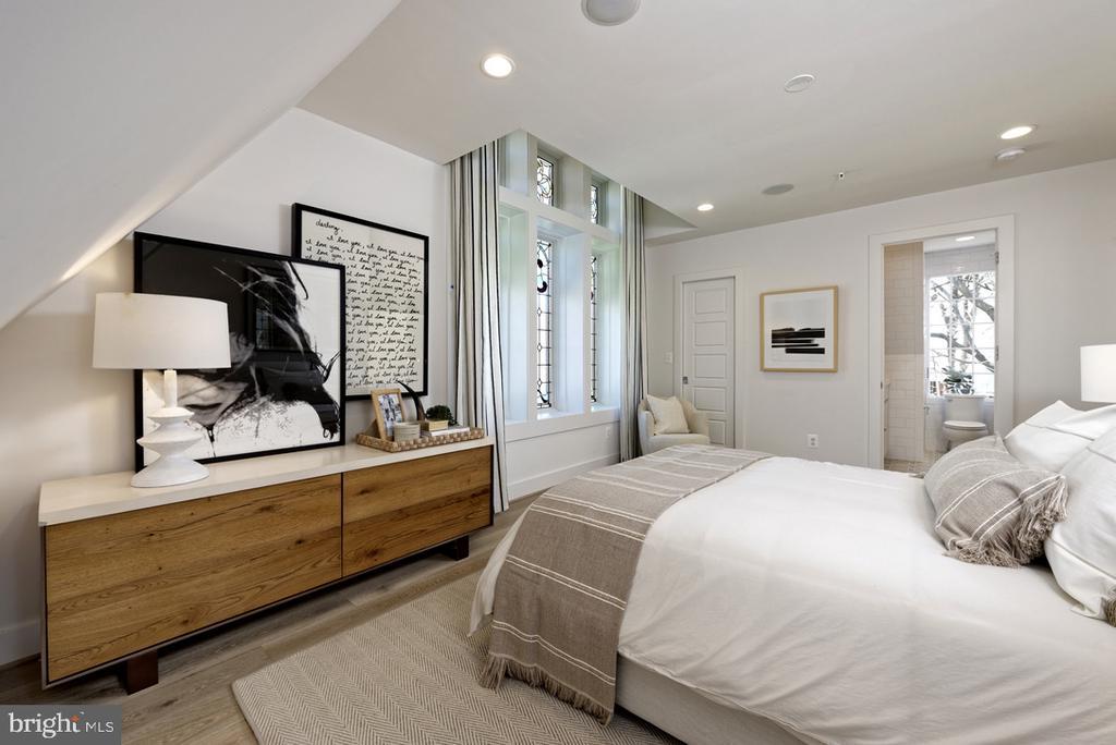 Master Bedroom w 3 exposures! - 1015 D ST NE #1, WASHINGTON