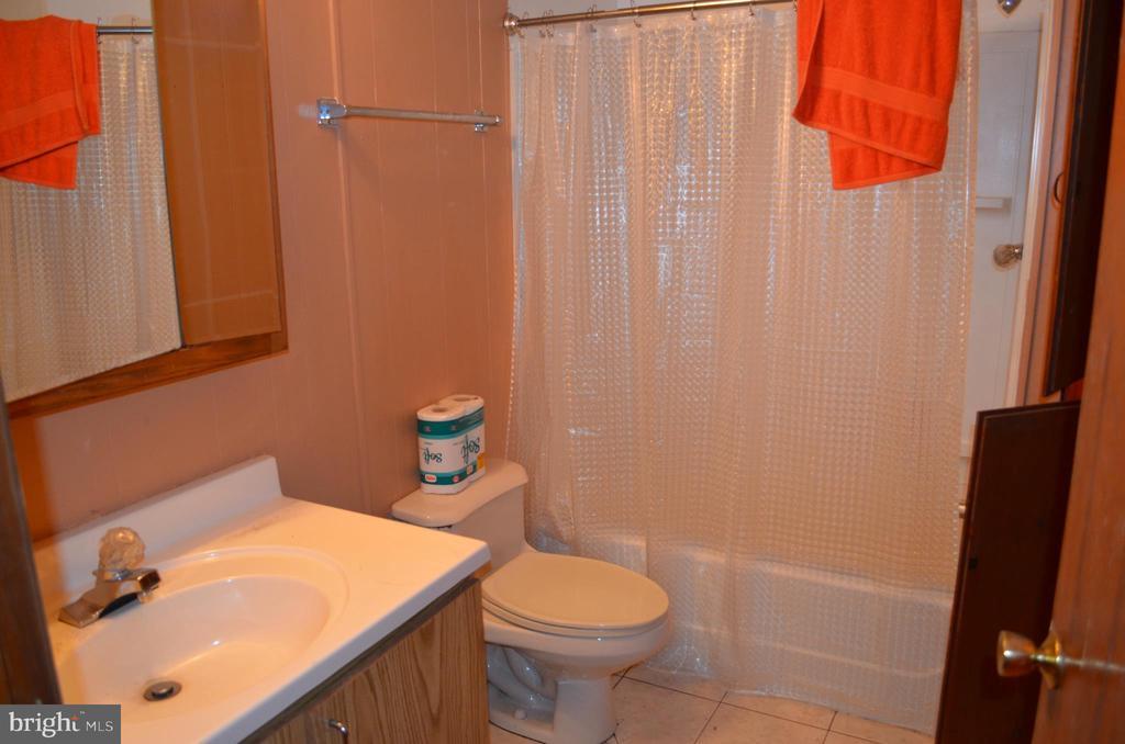 Full bathroom - 5420 BURKITTSVILLE RD, JEFFERSON