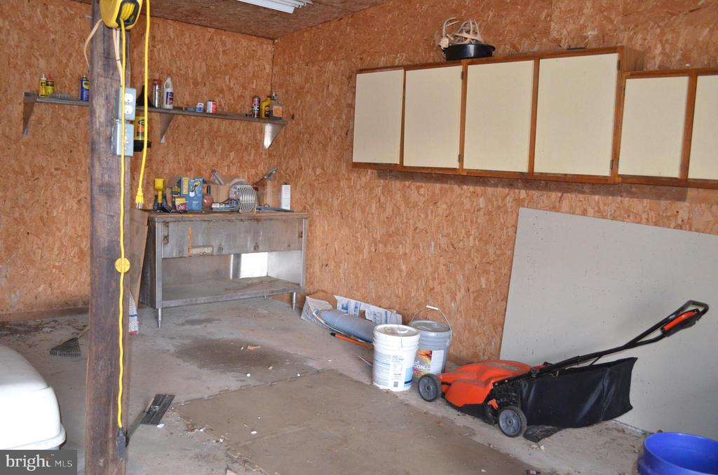 Garage space with room for workshop and cabinets - 5420 BURKITTSVILLE RD, JEFFERSON