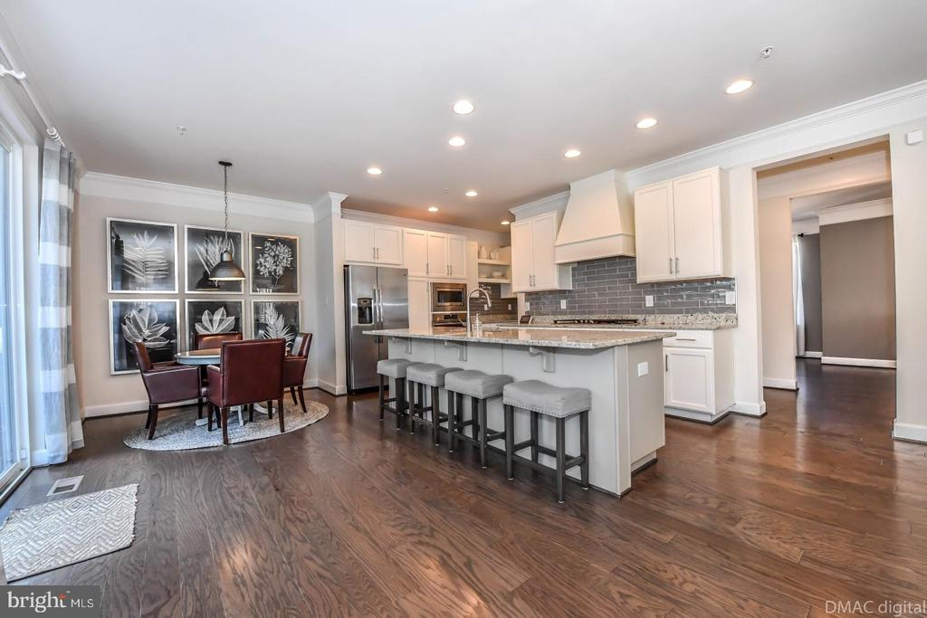 Large kitchen island. - 6854 E SHAVANO RD, NEW MARKET