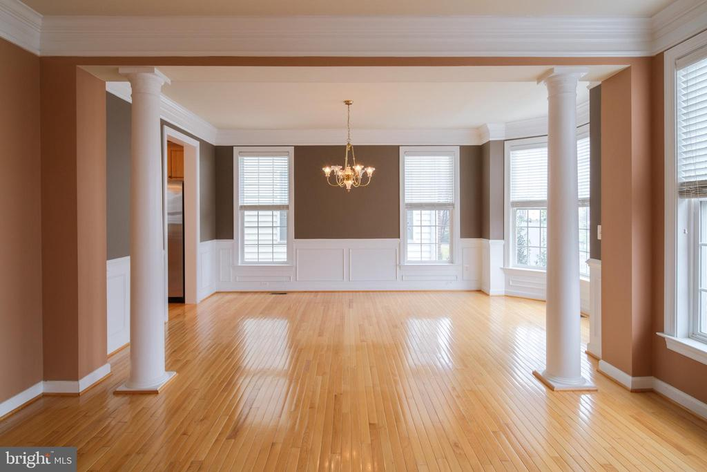 Dining room with chair rails - 13299 SCOTCH RUN CT, CENTREVILLE
