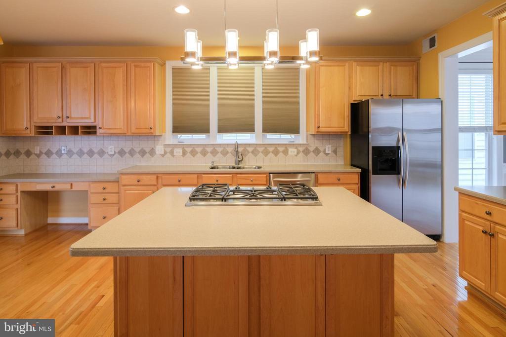 Kitchen with island - 13299 SCOTCH RUN CT, CENTREVILLE