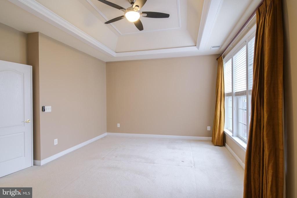 Master bedroom with tray ceilings - 13299 SCOTCH RUN CT, CENTREVILLE