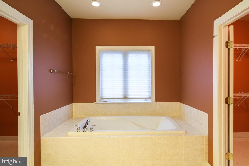 Master bathroom with separate tub - 13299 SCOTCH RUN CT, CENTREVILLE