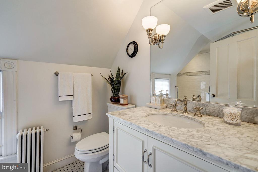 Updated Full Bath - 900 PARK AVE, FALLS CHURCH