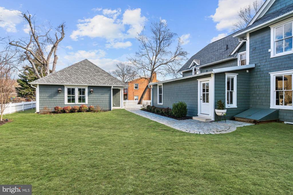 Gorgeous lawn - 900 PARK AVE, FALLS CHURCH