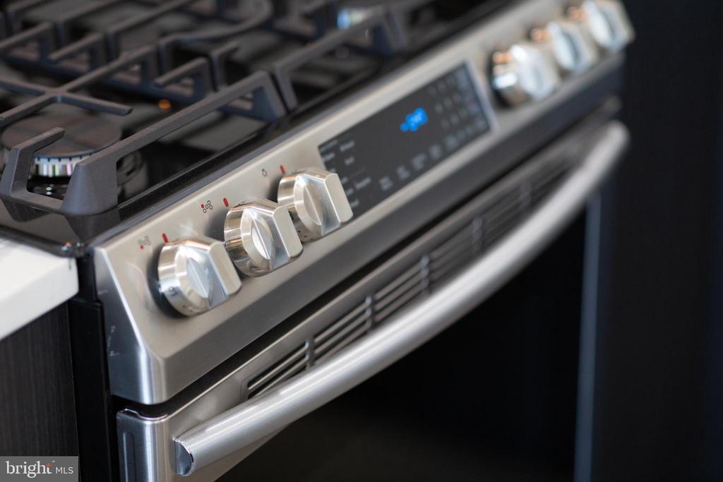 Gas stove w/ griddle - 2812 GEORGIA AVE NW #9, WASHINGTON