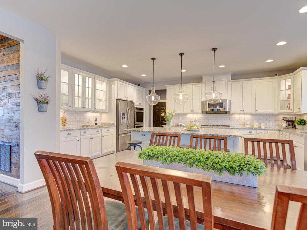 Eat-In Kitchen Perfect For Entertaining - 41532 BLAISE HAMLET LN, LEESBURG