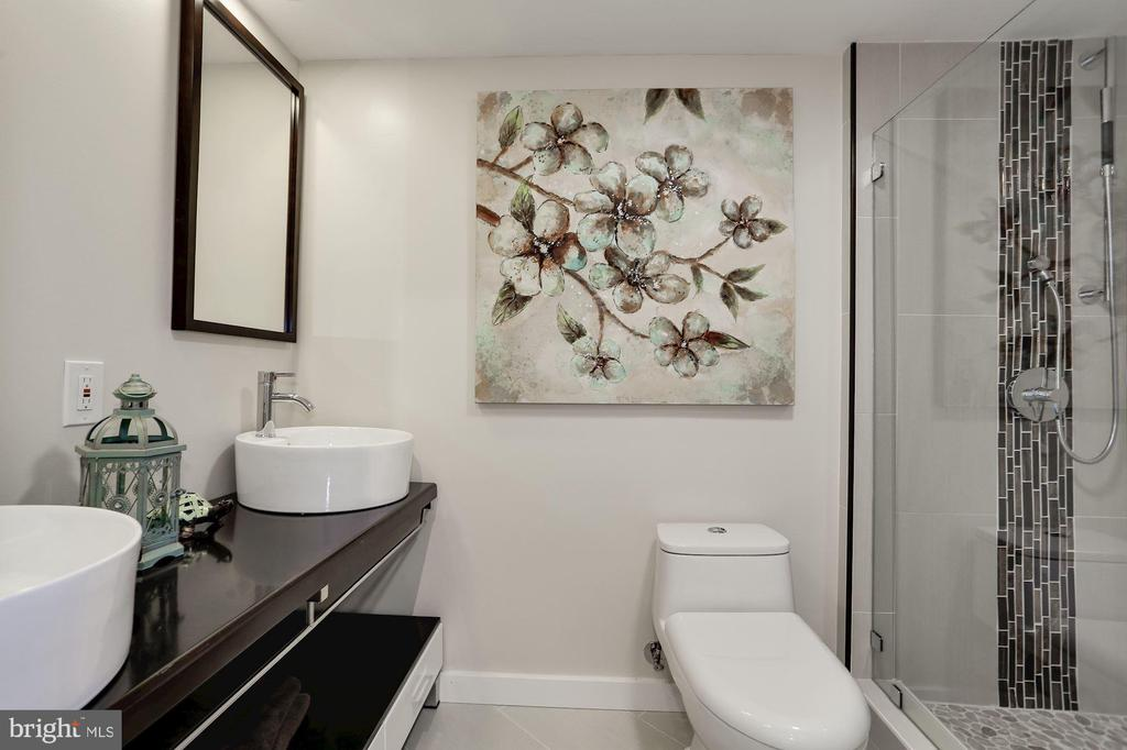 En-suite bathroom for the 2nd bedroom - 250 S REYNOLDS ST #1307, ALEXANDRIA