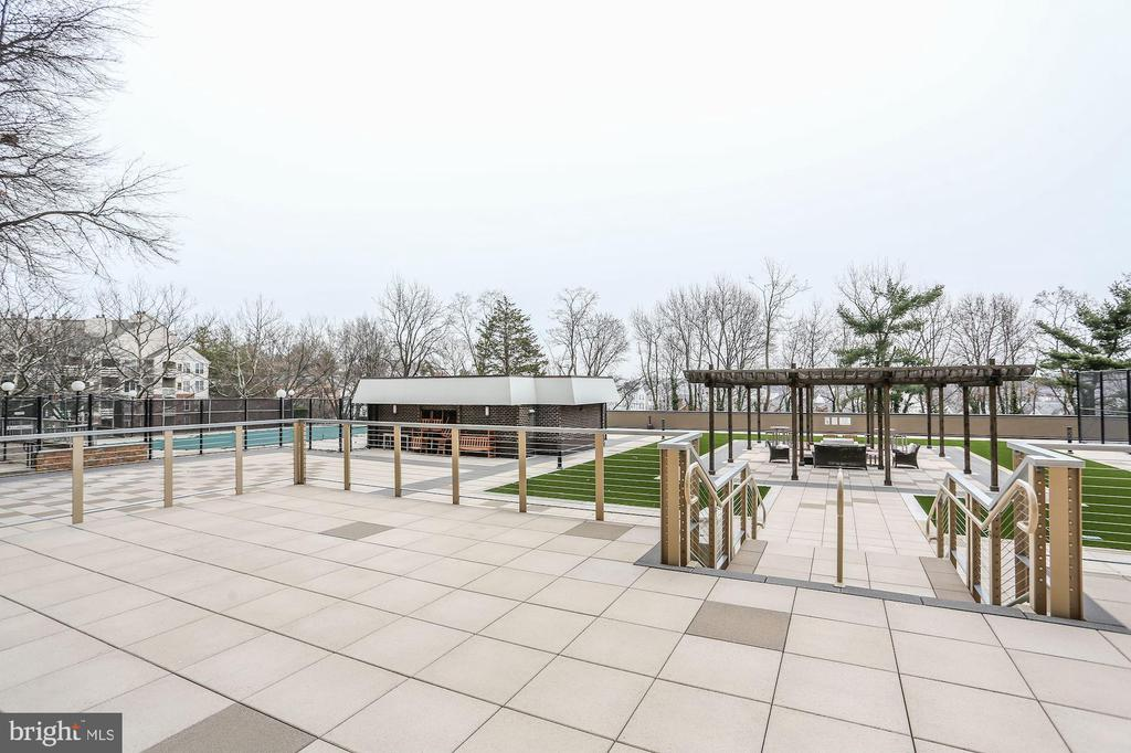 Recently renovated outdoor amenity area - 250 S REYNOLDS ST #1307, ALEXANDRIA