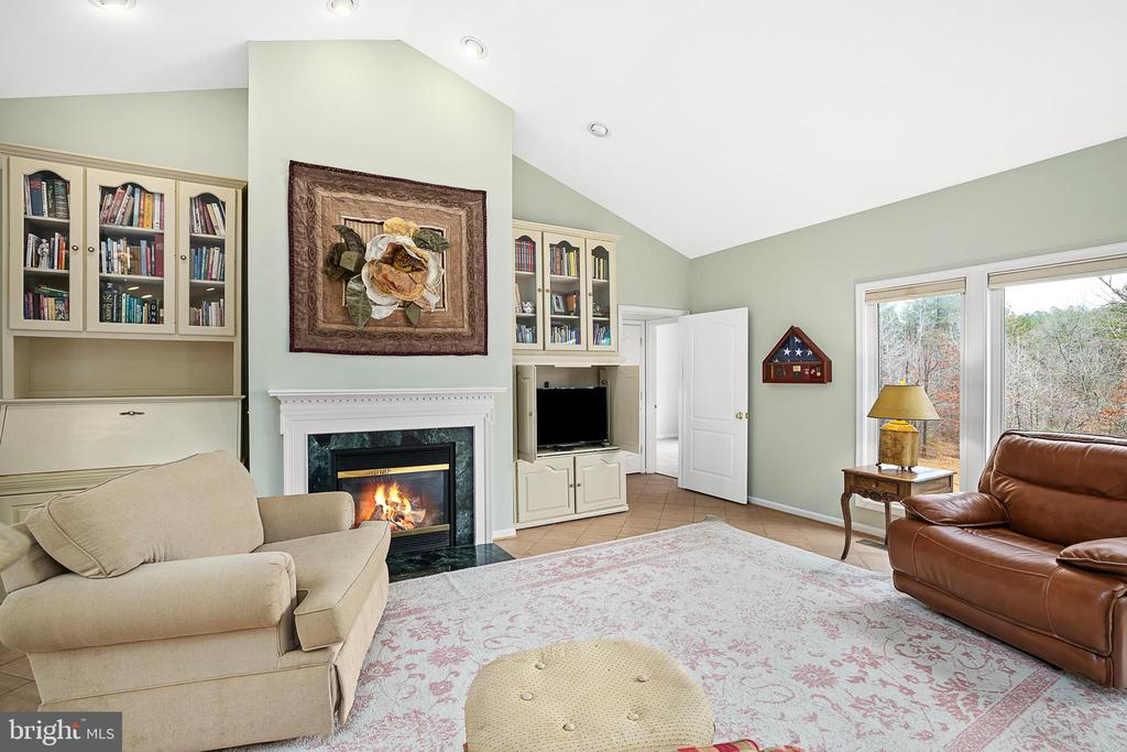 LARGE GREAT ROOM W/GAS FIREPLACE FOCAL POINT - 9630 SOUTHLAKE DR, SPOTSYLVANIA